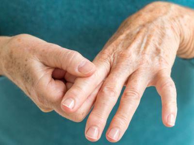 csípőízületek fájdalma járás közben ízületi fájdalom a középső ujjakban