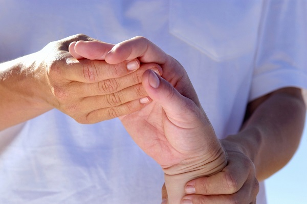 a középső ujj fáj az ízületben a kar ízületének gyulladásának jelei